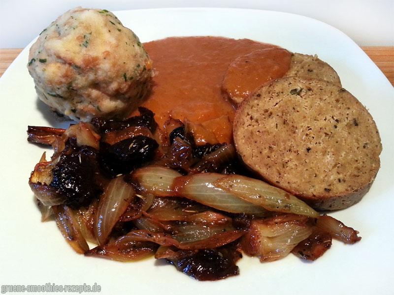Seitanbraten in Bratensoße mit veganen Semmelknödel und gebackenen Zwiebel-Pflaumen-Gemüse