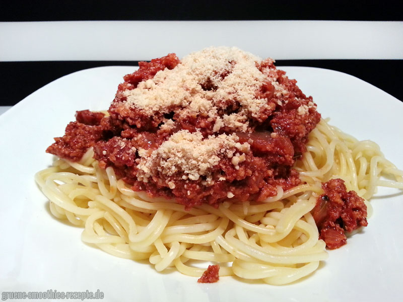 Spaghetti mit Tofu-Bolognese und Cashewparmesan
