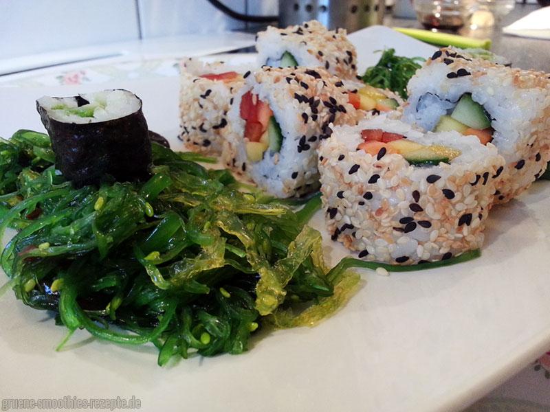 Sushi und Algensalat (Wakame)