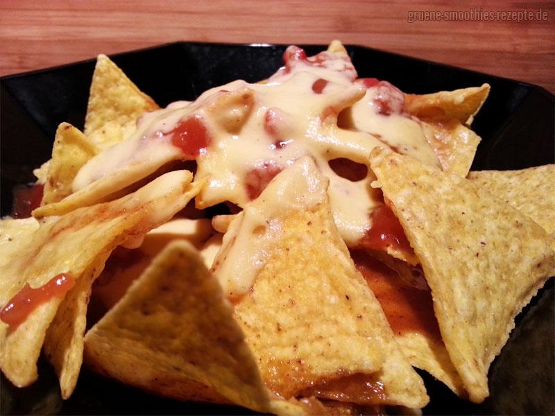 Vegan-Fastfood mit Nachos und einer veganen Käsesosse und Salsa