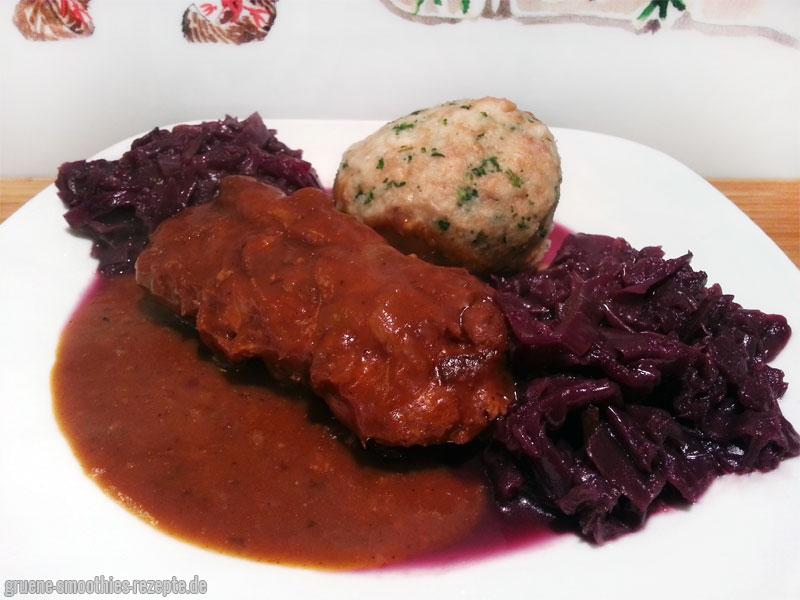 Die veganen Rouladen mit selbstgemachten Semmelknödeln und Rotkohl