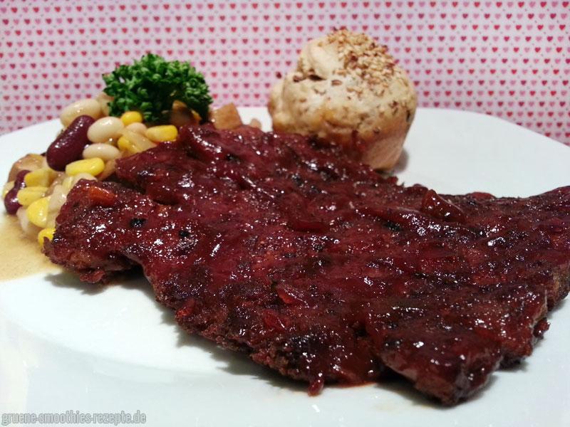 Vegane Spareribs mit einem Barbecue-Bohnesalat und selbstgebackenen Dinkelbrötchen