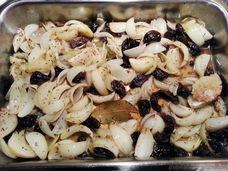 Das gebackenes Zwiebel-Pflaumen-Gemüse kommt in den Ofen