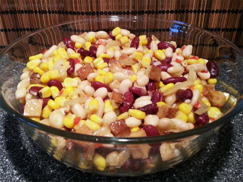 Veganer Barbecue-Bohnensalat mit Räuchertofu