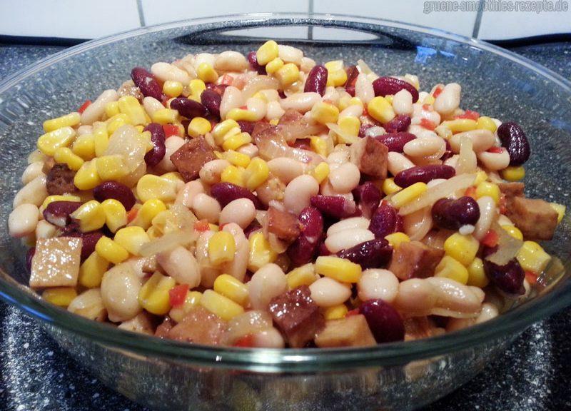 Den Barbecue-Bohnensalat mit dem Räuchertofu gut mit dem Dressing vermischen