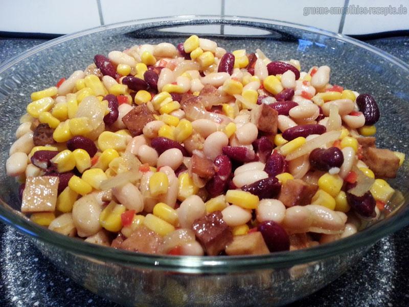 Den veganen Barbecue-Bohnensalat mit dem Räuchertofu gut mit dem Dressing vermischen