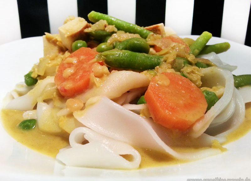 Das Linsen-Curry-Gemüse mit Räuchertofu und Reisnudeln