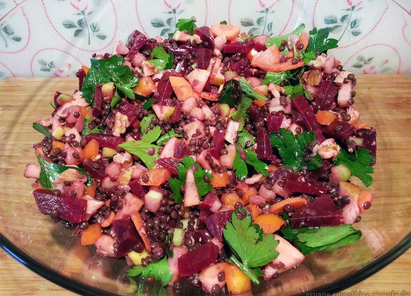 Der Linsen-Apfel-Salat mit Rote Bete schmeckt am besten, wenn er gut durchgezogen ist.