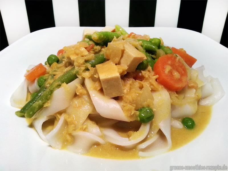 Linsen-Curry-Gemüse mit Räuchertofu und Reisnudeln