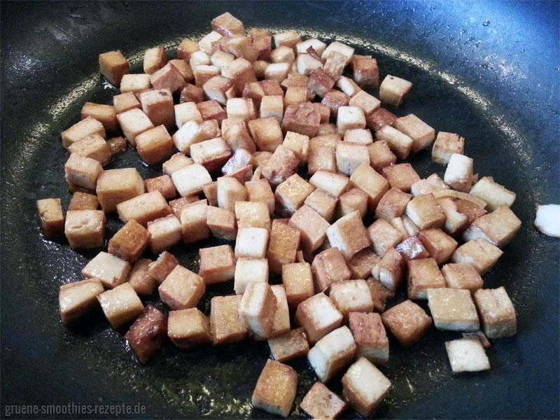 Der Räuchertofu als Speckersatz für den veganen Bohnensalat