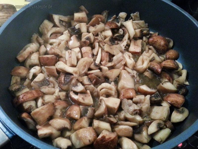 Austernpilze und Champignons für das vegane Stroganoff