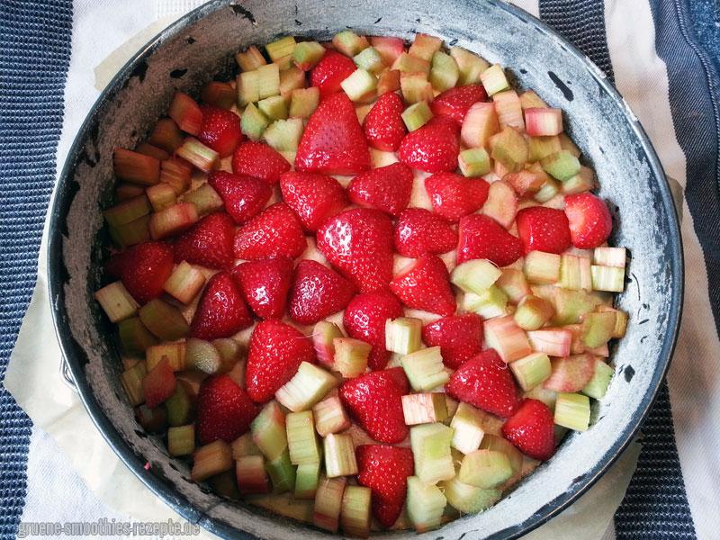 und den Boden mit den Erdbeeren sowie dem Rhabarber bedecken
