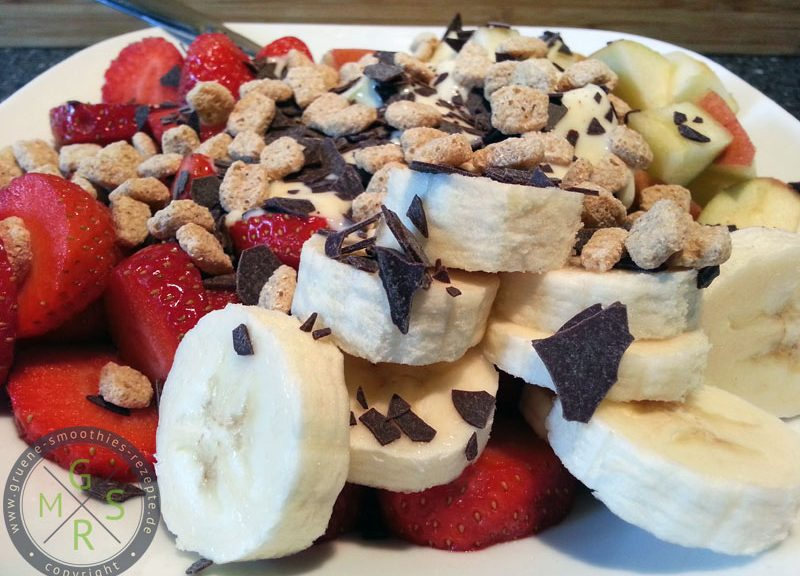 Yammie - Frische Erdbeeren mit Alpro-Joghurt, Banane, Apfel, Hafer-Kleie, Zartbitter-Splitter