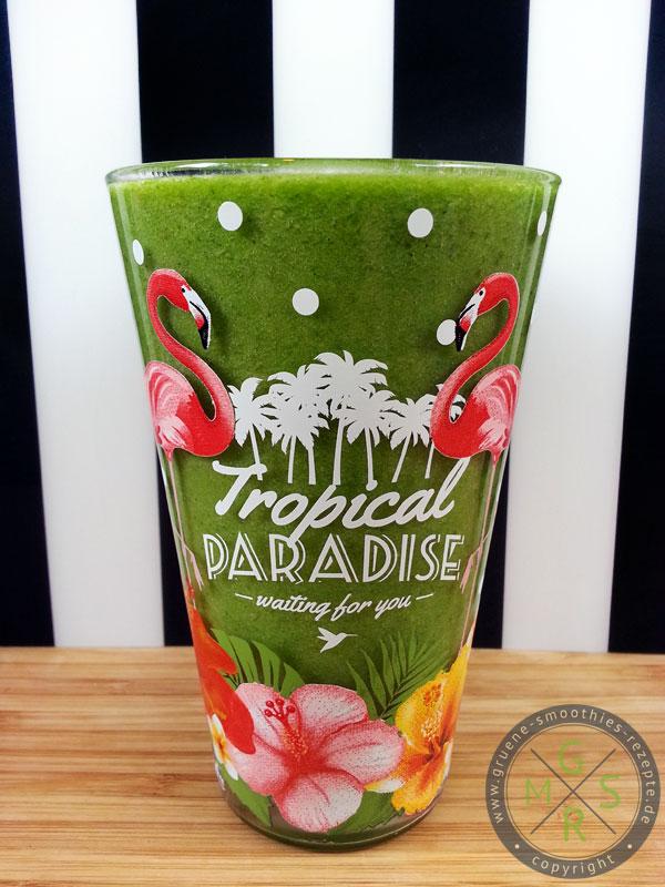 Grüner Smoothie mit Ananas, Kiwi, Kokosöl, Petersilie und Feldsalat
