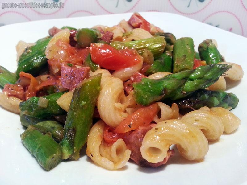 Die Pasta mit grünem Spargel, karamellisierten Kirschtomaten und veganem Bacon von Proviand, schmeckt auch sehr gut mit Chasewparmesan