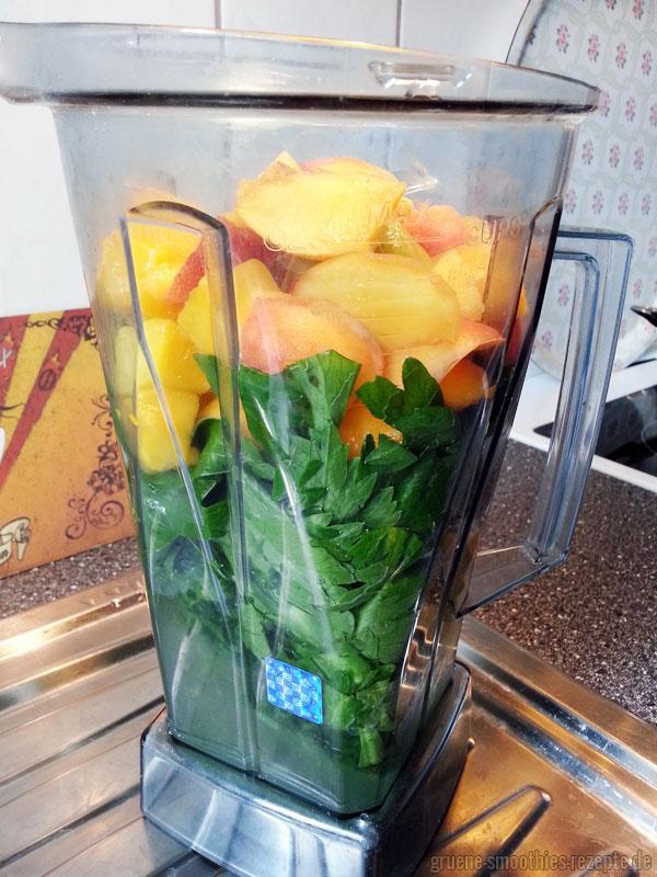 Grüner Smoothie mit Spinat, Selleriegrün, Kiwi, Pfirsich und Mango