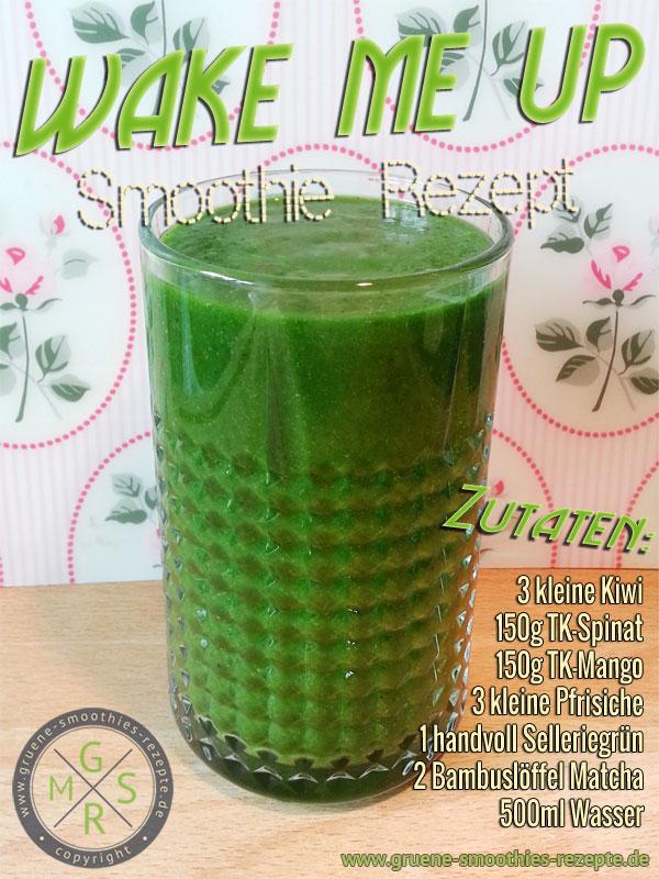 Grüner Smoothie mit Matcha, Spinat, Selleriegrün, Mango, Pfirsich und Kiwi