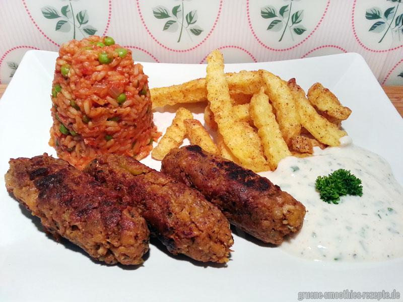 Vegane Cevapcici mit Djuvec-Reis, Wellenpommes und einem Knoblauch-Petersilien-Dip - Yammie!