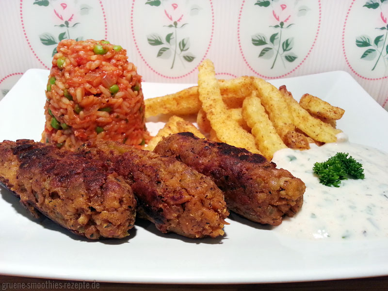Vegane Cevapcici mit Djuvec-Reis, Wellenpommes und einem leckeren veganen Knoblauch-Petersilien-Dip