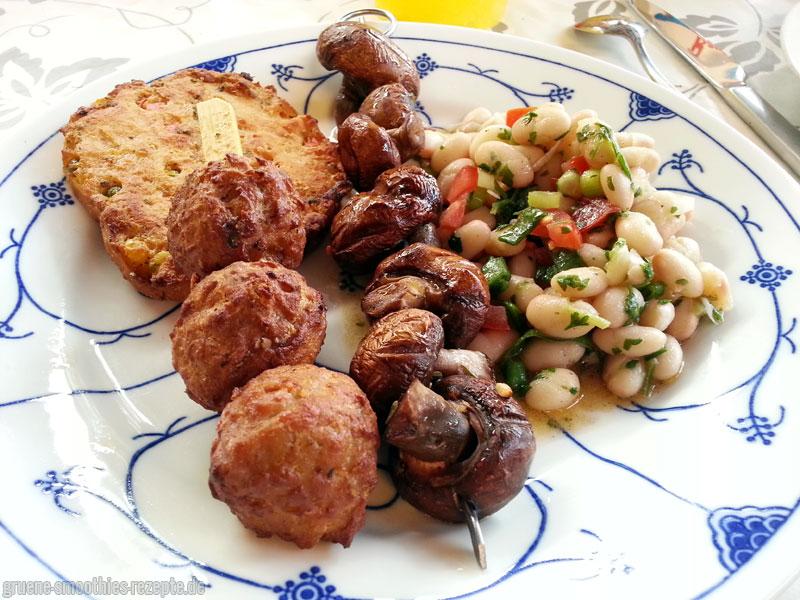 Buntes Grillvergnügen von Vegafit mit Grill-Champignons und einem veganen Bohnen-Salat