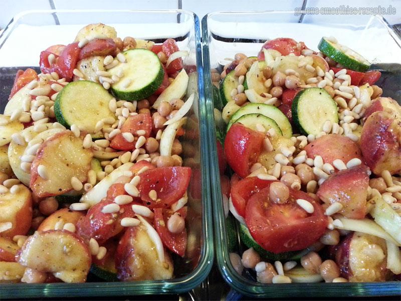 Das Pfirsich-Gemüse in eine Auflaufform geben und mit Pinienkernen bestreuen