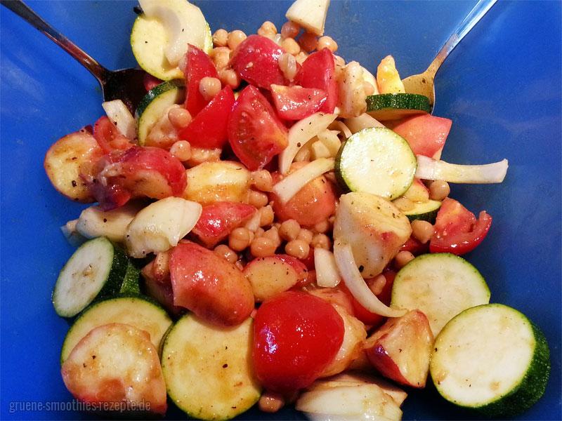 Das würzige Pfirsich-Gemüse mit Öl und den Das würzige Pfirsich-Gemüse mit Öl und den Gewürzen gut vermengengut vermengen