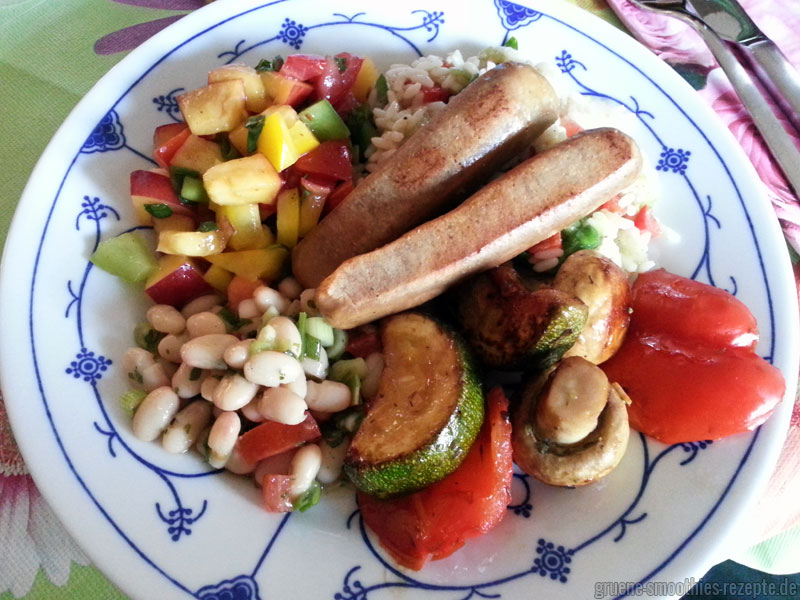 Yammie - Mariniertes Grillgemüse, Nektarinen-Paprika-Salat, türkischen Bohnensalat, Reissalat mit Melone und Paprika sowie Grillwürstchen von Alnatura