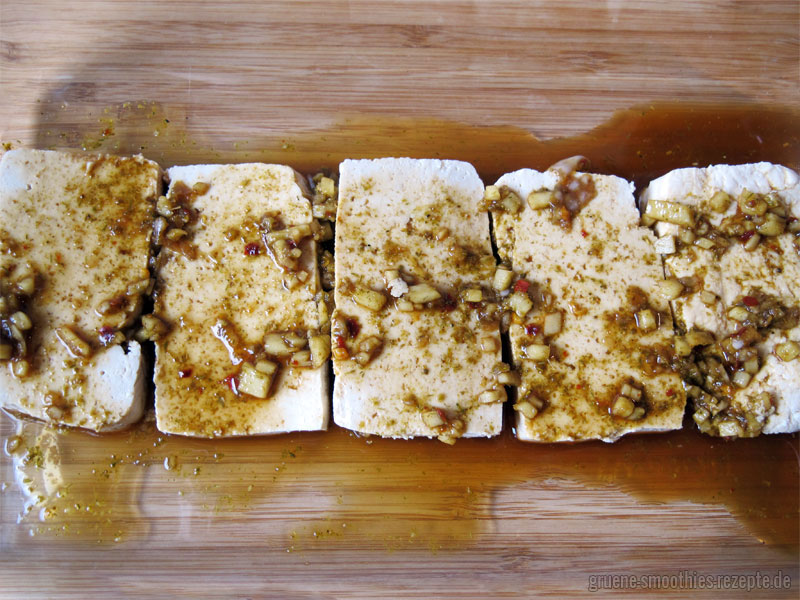 Den Tofu mindestens 30 Minuten marinieren