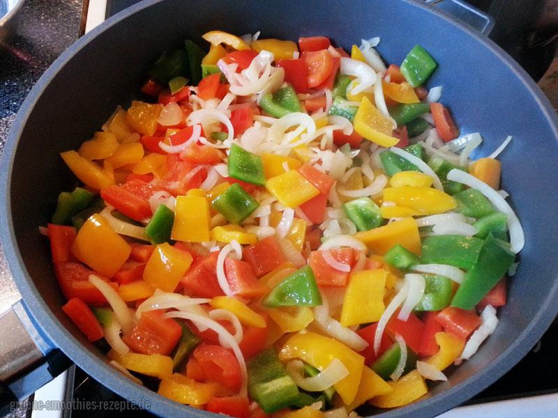 Die Paprika für das vegane Gulasch anbraten