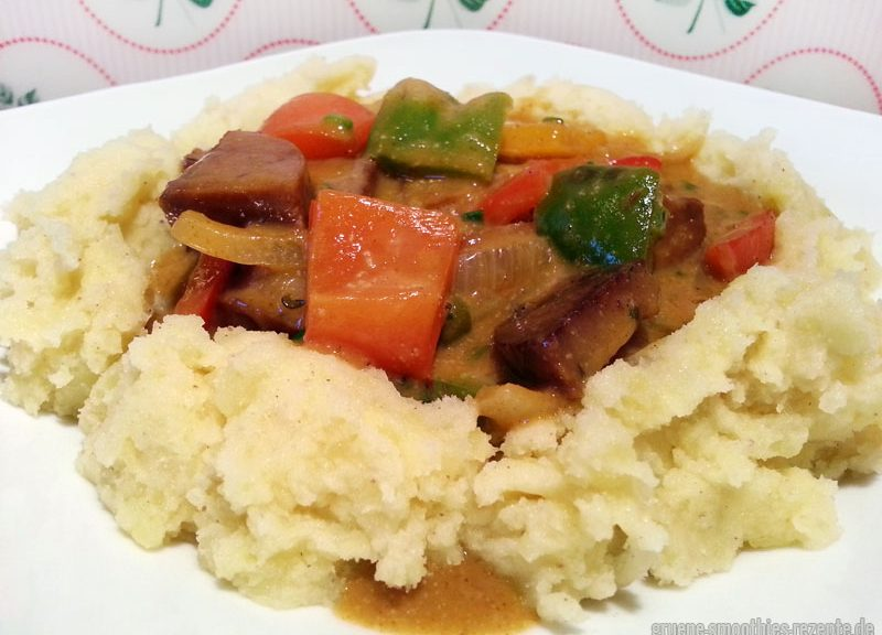 Paprika-Seitan-Gulasch mit Kartoffelstampf
