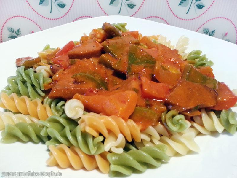...das Paprika-Seitan-Gulasch schmeckt allerdings auch mit Nudeln supergut :)
