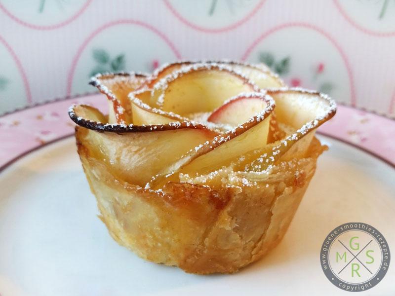 Die veganen Apfelrosen in Blätterteig mit Puderzucker bestäubt.