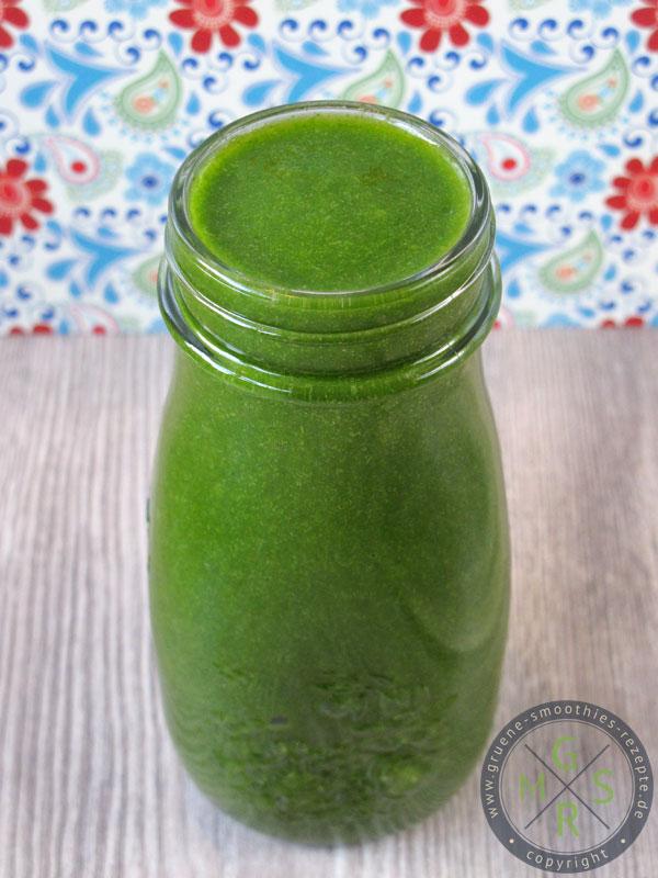 Herbstlich grüner Smoothie mit Rucola, Spinat, Sellerie, Honigmelone, Banane und etwas Mango