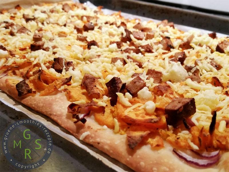 Vegane Pizza mit Süßkartoffeln und Räuchertofu