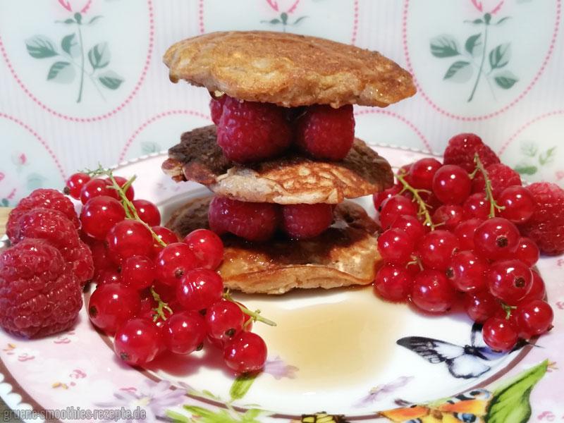 Vegane Pancakes mit Himbeeren, Johannisbeeren und My Syrup