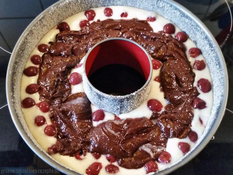 Der helle und dunkle Teig für den veganen Marmorkuchen mit Kirschen