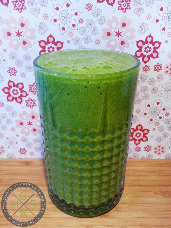 Grüne Smoothies mit Matcha, Petersilie, Sellerie, Mango, Banane und Zitrone