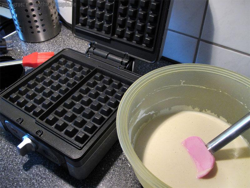 Für den veganen Waffelteig die Zutaten mit einem Handrührgerät verrühren